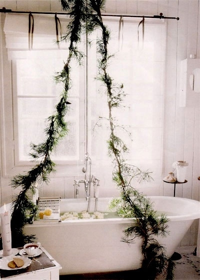 Relax in a romantic bath filled with Christmas-y aromas.