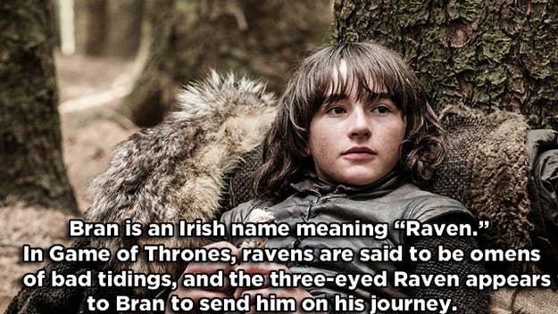 *En los libros, es un ave de rapiña de tres ojos la que se le aparece a Bran en vez de un cuervo.