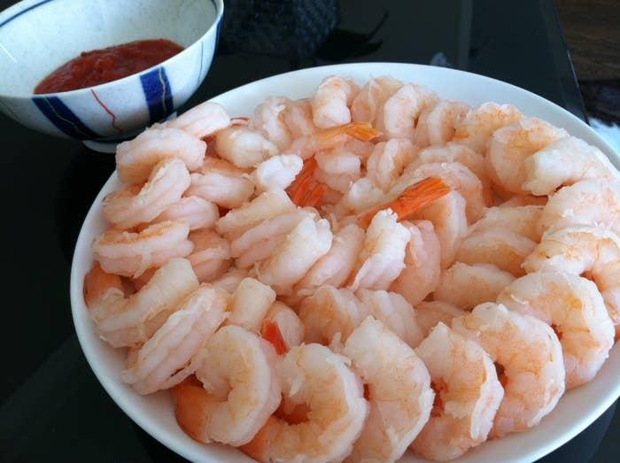 ¿Porciones individuales de cóctel de camarón en hermosos vasos con un pequeño toque de salsa para cóctel? Está bien. ¿Plato gigante de tristes y pálidos camarones en el que todos en la fiesta meten sus manos? No.