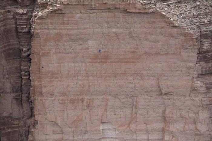 O equilibrista Nik Wallenda caminha ao longo de um cabo de 5 centímetros de diâmetro e 400 metros de comprimento acima do Desfiladeiro do Rio Little Colorado, a nordeste do estado de Arizona, EUA, em junho.