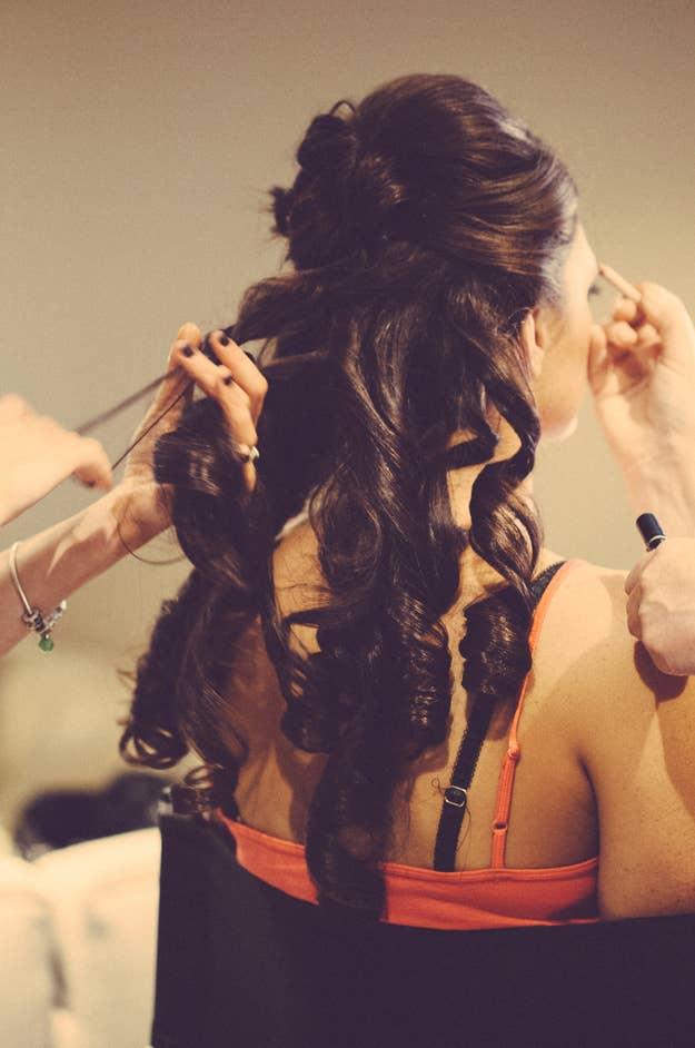 Las novias a menudo usan camisetas que al final tienen que jalarse por encima de su cabello recién peinado. Sin embargo, las camisas de vestir pueden desabotonarse sin dañar tu hermoso peinado.