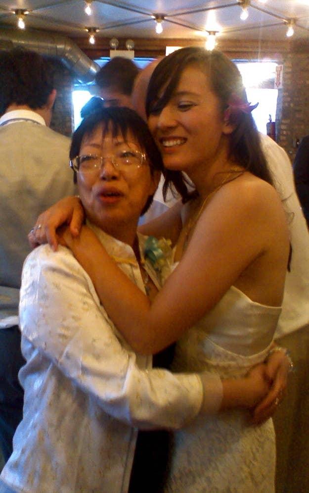 Las novias bailan con sus padres y los novios con sus madres, pero no hay un momento reservado para el otro padre. Reserva uno.