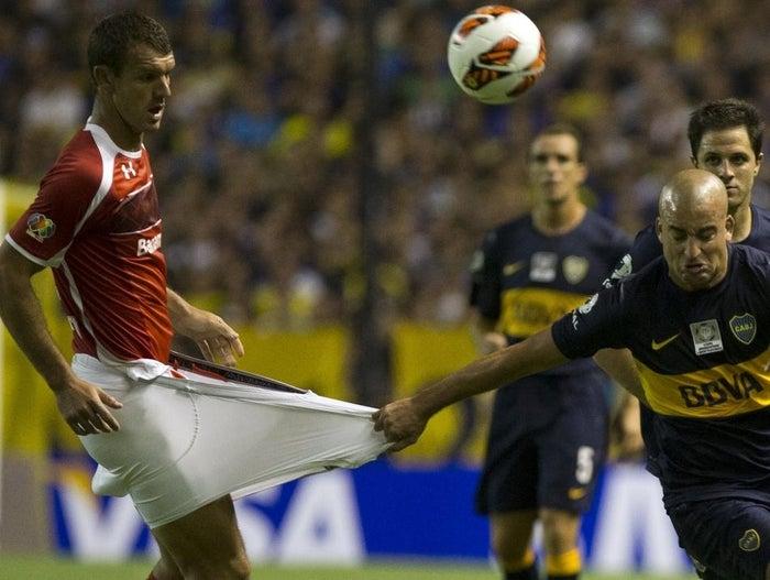 L'Argentin Santiago Silva s'en prend au maillot du Mexicain Diego Novaretti, lors d'un match à Buenos Aires.