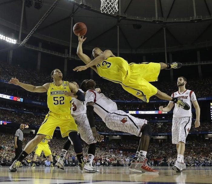 Trey Burke, de l'équipe de Michigan, défie les lois de la physique lors de la finale de la NCAA (le championnat de basket des universités américaines).