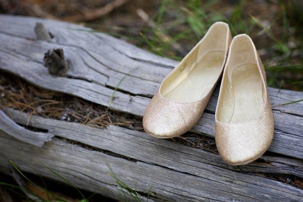 Unas zapatillas estilo ballet se verán grandiosas con un vestido de novia, así que lleva un par para ponerte cuando quieras relajarte.