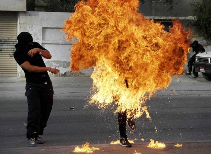 ce9c38529 Um manifestante do Bahrein protestando contra o governo é engolido pelas  chamas depois que um tiro