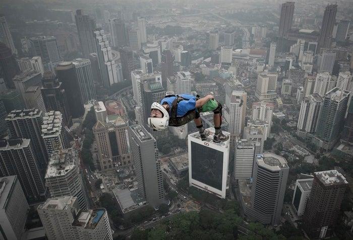Denis Odintsov, BASE jumper, vient de sauter du haut des 300 mètres de la Tour de Kuala Lumpur (Malaisie).