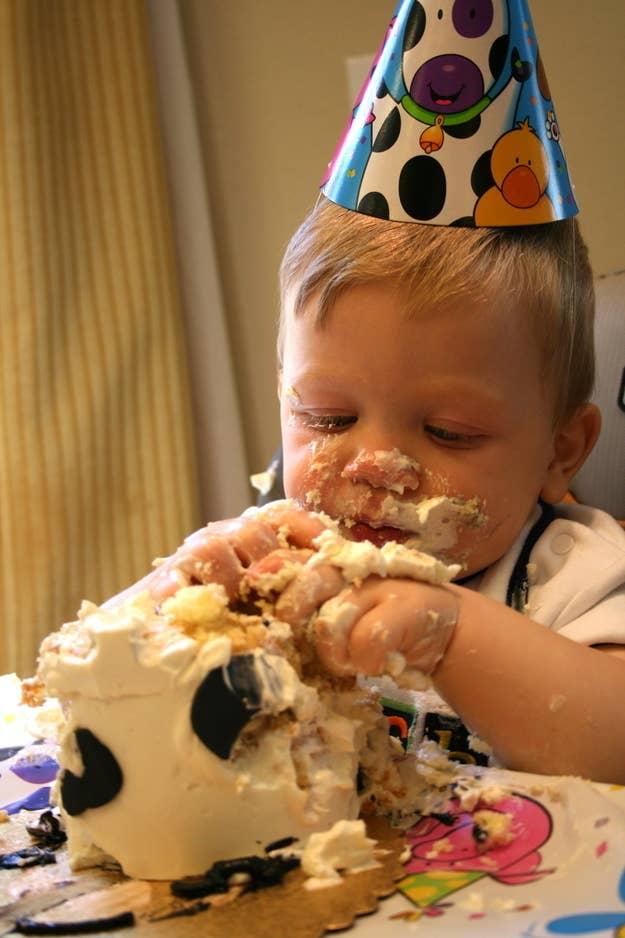 Ver a un niño de un año destrozar un pastel es demasiado rico.