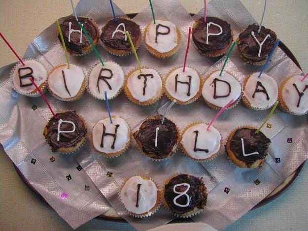 Pobre Phill. Le tocaron cupcakes de cumpleaños Y le pusieron dos eLes a su nombre.