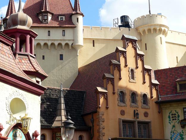 A gigantesca estrutura em forma de castelo atrás do pavilhão da Alemanha no Epcot foi construída para abrigar um passeio de barco, simulando uma viagem pelo Rio Reno.
