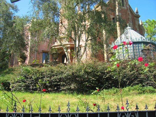 """Enquanto a maioria dos gramados nos parques da Disney são meticulosamente cuidados, o gramado de """"A Mansão Assombrada"""" é deixado para crescer e morrer naturalmente para combinar com a paisagem da atração."""