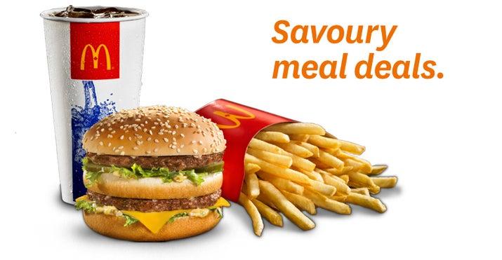 """Quando as Cocas ainda não eram incluídas nos combos de refeições, a maioria dos clientes de fast food não as comprava. Mas quando as redes de fast food começaram a agrupá-las com hambúrgueres e batatas fritas, as vendas de refrigerante dispararam. De acordo com Jeffrey Dunn, um executivo de longa data da Coca: """"De 1980 a 2000, pelo menos, essa foi a estratégia de marketing predominante de Coca-Cola para elevar o consumo dentro das lanchonetes de fast food""""."""