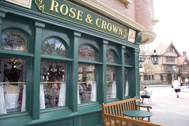 """No pavilhão do Reino Unido, o """"Rose and Crown"""" [A Rosa e a Coroa] recebeu seu nome pelas duas palavras mais comuns encontradas em nomes de pubs no Reino Unido."""