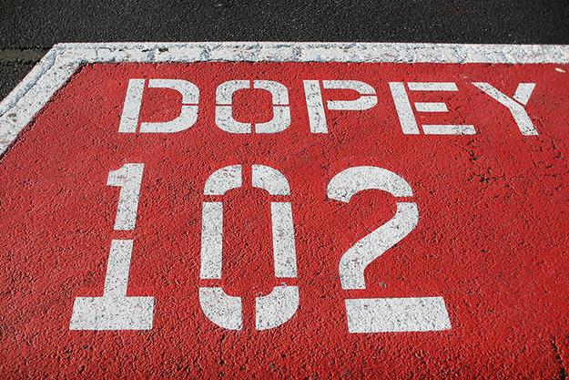 """Em certo momento, os estacionamentos foram batizados com o nome de seis dentre os sete anões. Nunca houve um estacionamento """"Mestre"""" [""""Doc""""], porque os projetistas acharam que ele poderia ser confundido com os cais [docks] das balsas."""
