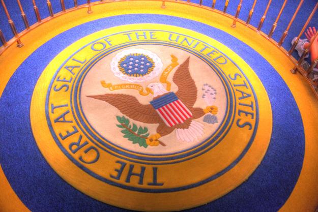 """O congresso americano precisou promulgar uma lei para que se instalasse o Brasão Presidencial na atração """"Sala dos Presidentes"""". Só existem três brasões iguais a esse: um no Salão Oval da Casa Branca, um na sala que contém o Sino da Liberdade e um na """"Sala dos Presidentes""""."""