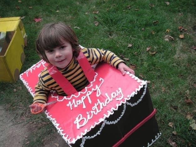 A este niño le gustan tanto los pasteles de cumpleaños que quiso ser uno