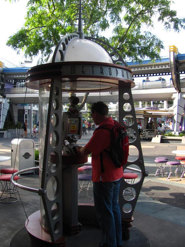 Há um telefone da Rede de Comunicação Galática em Tomorrowland que toca mensagens da galáxia ao redor.