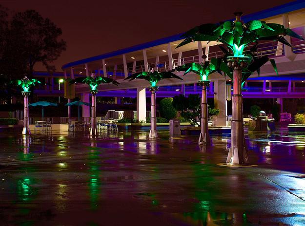 As palmeiras futuristas em Tomorrowland na verdade se fecham ao anoitecer e se abrem ao alvorecer.