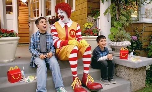Como nossos hábitos alimentares começam a ser formar antes mesmo de darmos nossos primeiros passos, o que comemos durante a infância pode determinar o que consumimos quando adultos. Assim, quando as empresas de fast food atraem as crianças com brinquedos, parques infantis, personagens de desenhos animados e um palhaço muito famoso, elas não estão apenas vendendo McLanches Felizes. Elas estão criando clientes vitalícios.