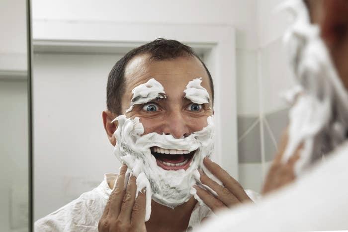 É recomendado que você use um agente barbeador de qualidade também.Fonte: Reddit