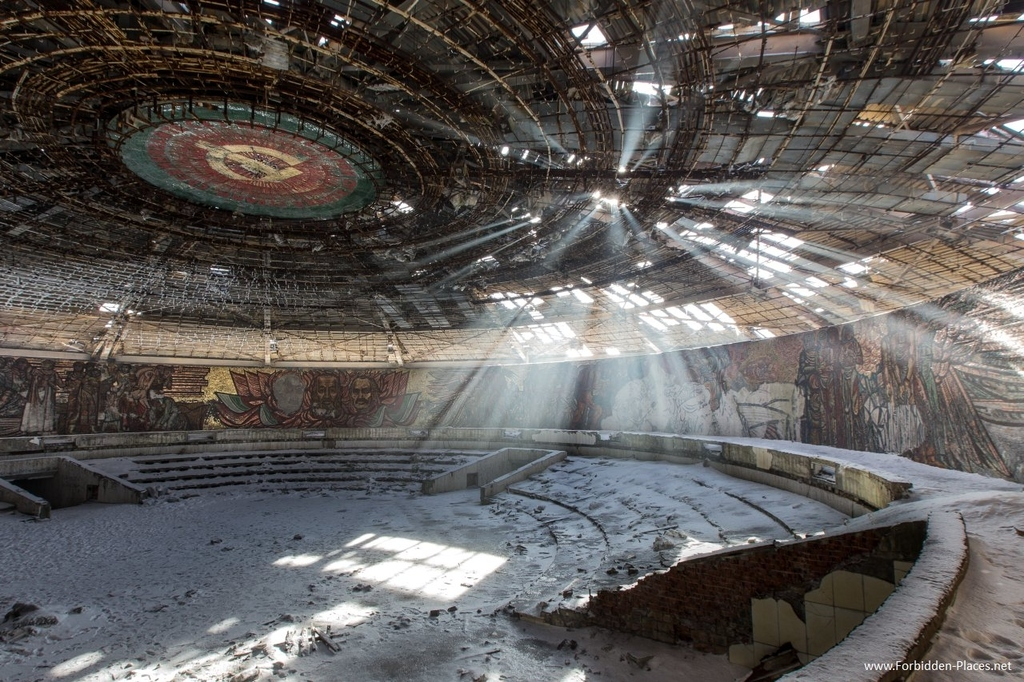 15 Extraordinary Pictures Of Abandoned Buildings