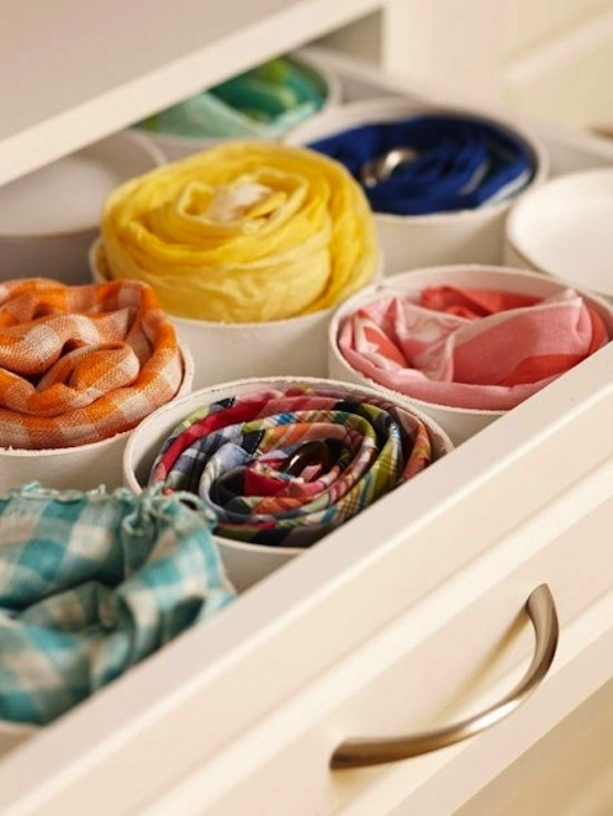 Ou, você pode usar pedaços dos tubos de PVC para separar lenços, cintos, ou gravatas e guardar em gavetas.
