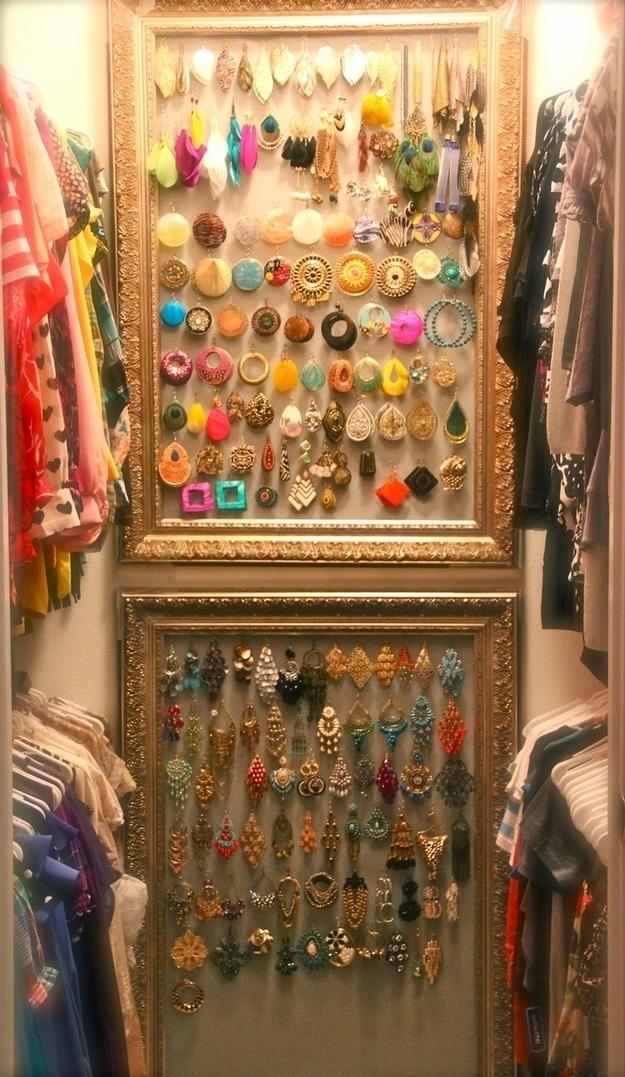 Se você tem espaço na parede do seu closet, utilize-o.