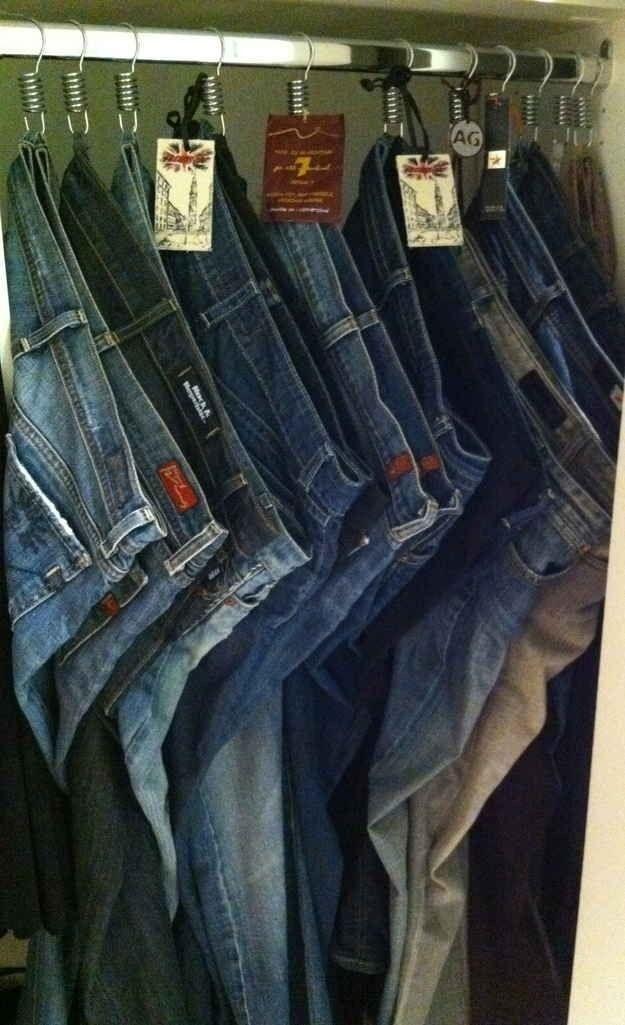 Use ganchos de chuveiro para pendurar jeans.