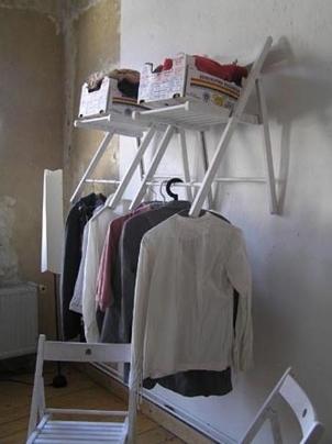 Precisa de espaço extra no closet? Construa um com uma cadeira dobrável.
