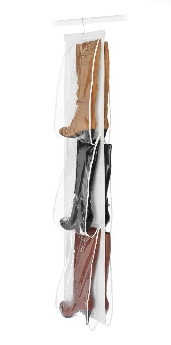 usa colgantes para botas y bolsos con los que ahorrars espacio de en el armario
