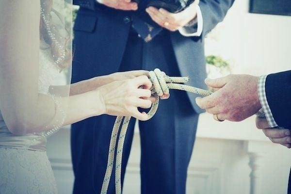 El nudo pescador es el nudo más fuerte, y sólo se ajusta con más presión. Además de que se convertirá en un bonito recuerdo de tu boda.