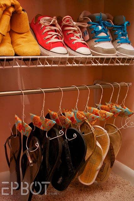 Mantén los zapatos lejos del piso con estas ingeniosas perchas que son fáciles de hacer. Breve tutorial aquí.