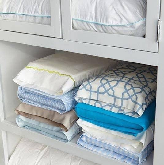 Almacena el set de sábanas, cobertores y fundas de almohada dentro de una funda de almohada del set. ¡Problema resuelto!