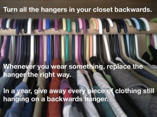 Experimente este pequeno truque do cabide para descobrir quais roupas doar.