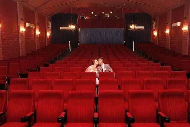 Extra: Una sala de cine tiene los pasillos incluidos.
