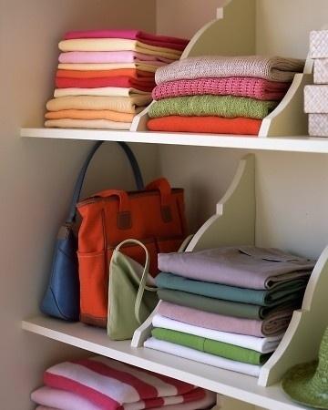 Para roupas ou toalhas dobradas super-arrumadas, instale divisores de prateleira de madeira.