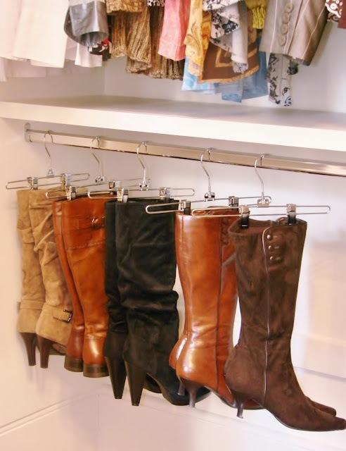 Ou use cabides de calças para manter as botas fora do chão.