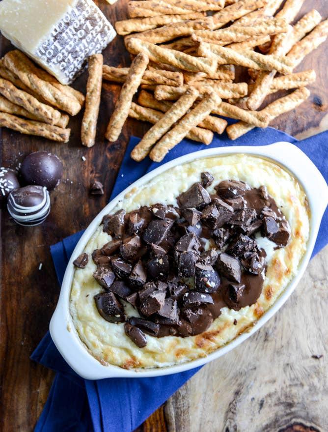 Separados, eran irresistibles. Juntos, son incontenibles.Receta: Salsa de queso cheddar y trufas de chocolate.