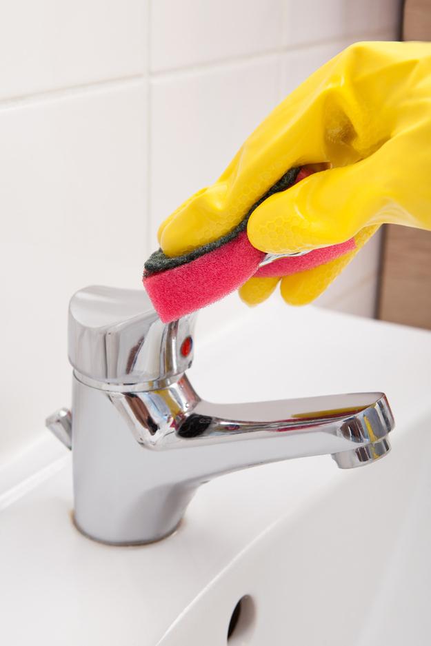 Se você tiver alguns minutos: limpe as superfícies do seu banheiro.