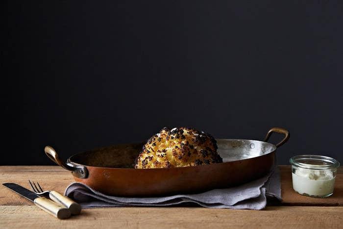 No te dejes engañar— la corteza tostada y crujiente es la mejor parte. Consigue la receta en Food52.