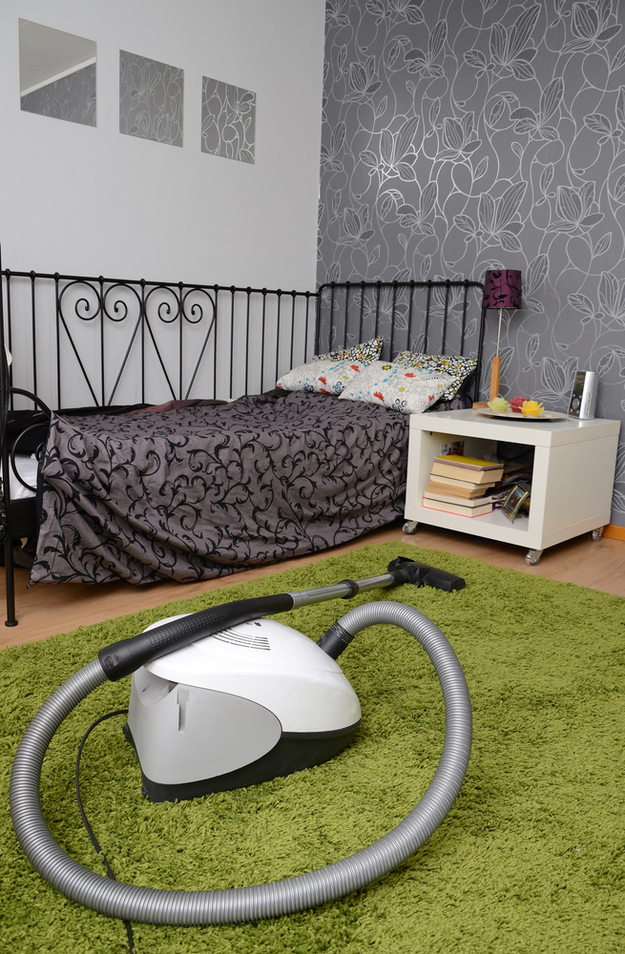 Se você tiver mais ou menos meia hora: limpe seu quarto, em vez de apenas arrumá-lo.