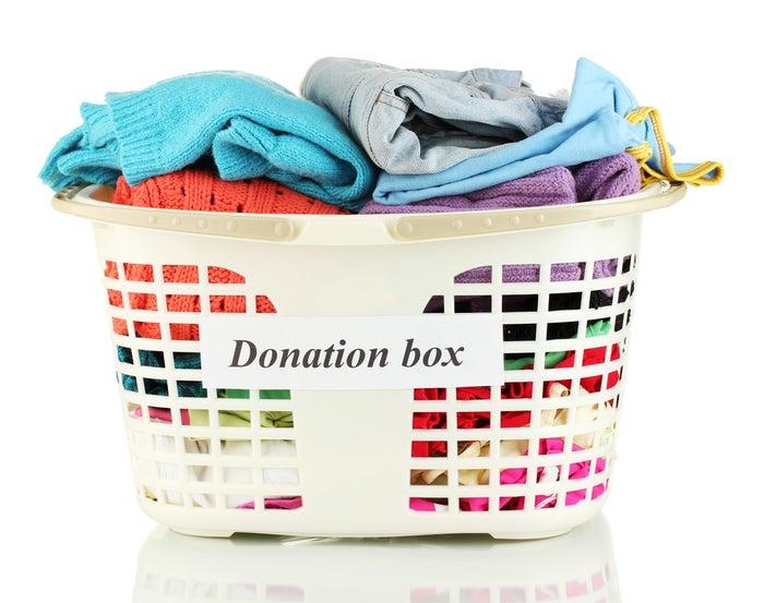 Veja se você consegue colocar uma coisa por dia que você nao veste ou usa mais. Quando a cesta estiver cheia, doe (ou venda, se é disso que você gosta) tudo o que você coletou.