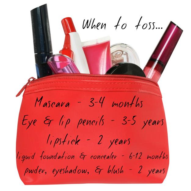 Se você tiver alguns minutos: jogue fora todos os produtos que já venceram mas ainda estão na sua bolsinha de maquiagem.