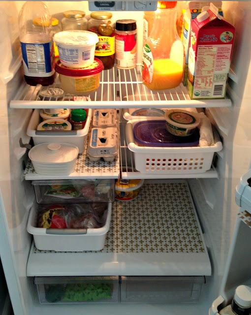 Se você tiver mais ou menos meia hora: coloque esteiras nas prateleiras da sua geladeira para facilitar as limpezas futuras.