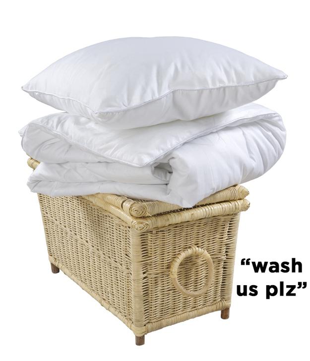 Se você tiver mais ou menos meia hora: lave e alveje seus travesseiros.