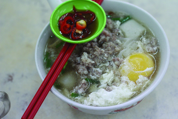 Koay Teow Th'ng (Sweet Noodle Soup with Meat and Fish Balls)
