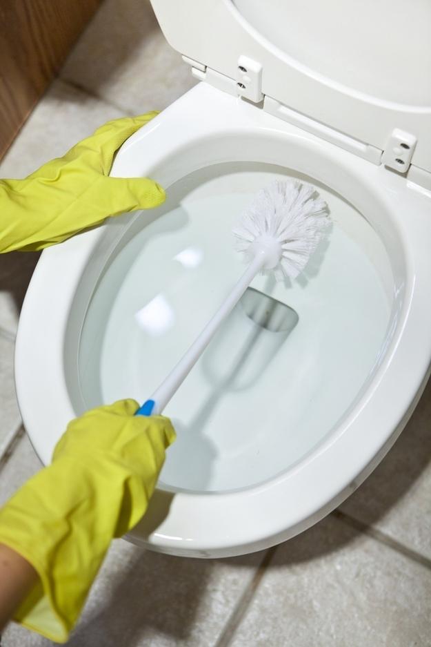 Se você tiver alguns minutos: limpe seu vaso sanitário (você pode fazer isso usando apenas detergente e vinagre).