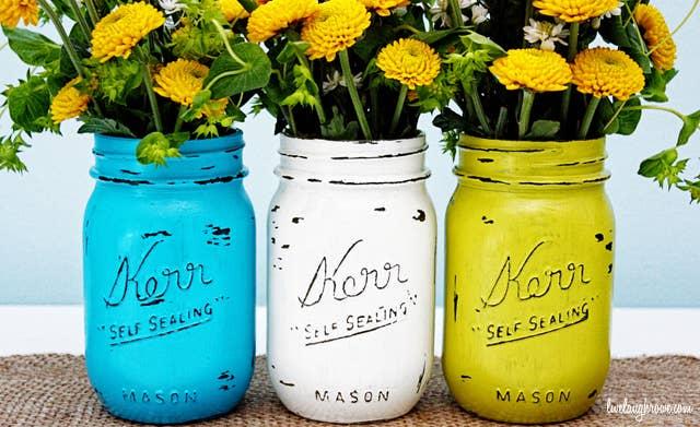 ¡¿Qué es mas bonito que la explosión de color de unos ramos de flores en frascos pintados? !