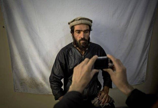 Um trabalhador afegão registra para 2014 as próximas eleições presidenciais.  6 de novembro de 2013.