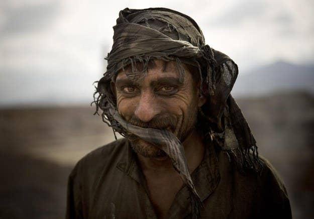 O trabalhador afegão Zekrullah, de 23 anos, faz uma pausa nos arredores de Cabul, no Afeganistão.  7 de novembro de 2013.